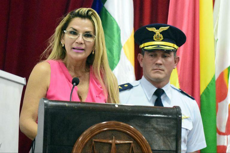 La presidenta interina de Bolivia pidió la renuncia de todos sus ministros