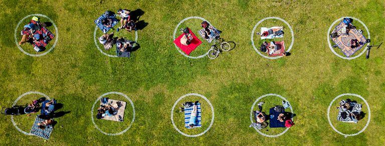 En fotos. San Francisco pinta círculos en el suelo por el distanciamiento social