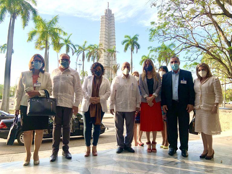 La ministra Carla vizzotti y la asesora Cecilia Nicolini, junto al embajador Luis Ilarregui, en La Habana, en mayo pasado.