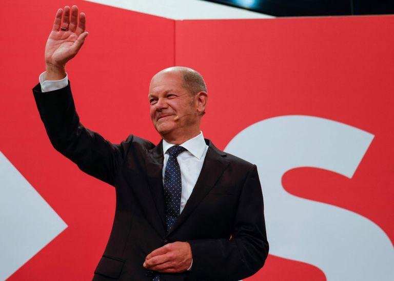 El ministro de Finanzas alemán, vicecanciller y candidato de los socialdemócratas (SPD) a canciller Olaf Scholz saluda a la sede de los socialdemócratas (SPD) después de que las estimaciones fueran transmitidas por televisión