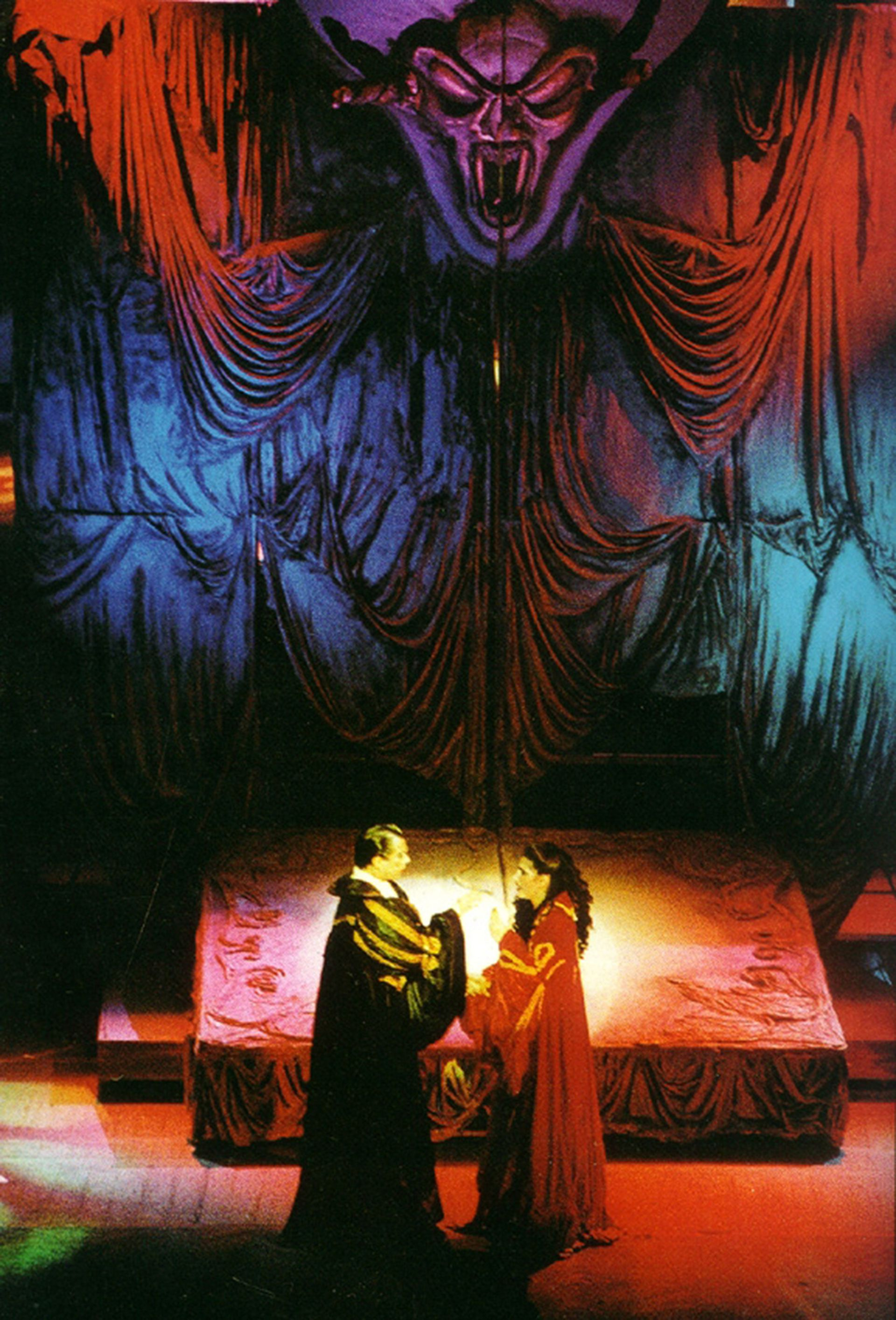 Juan Rodó y Cecilia Milone, en uno de los momentos culminantes de Drácula, en su primera versión