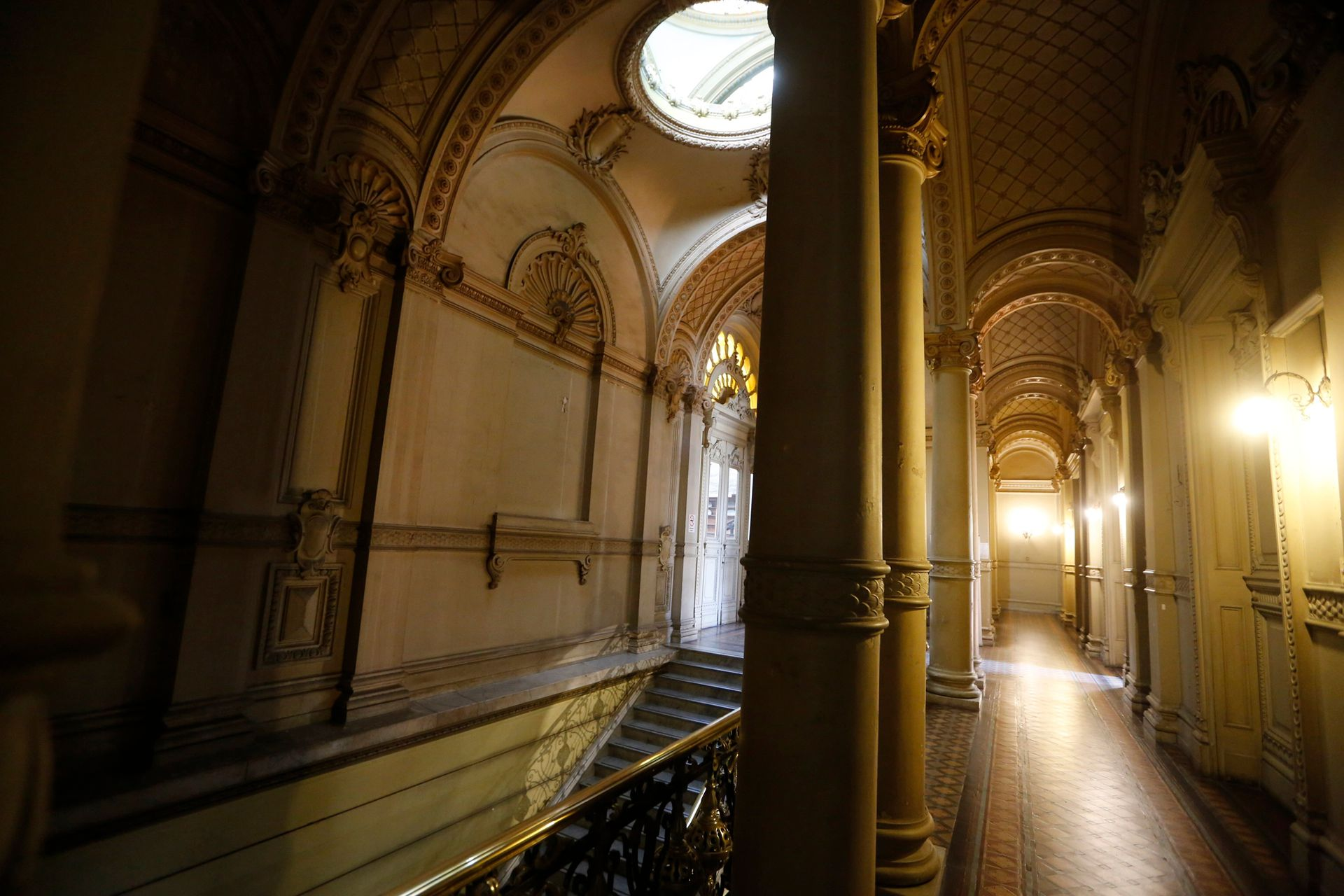 Primer piso, desde donde se accede a los balcones de la biblioteca