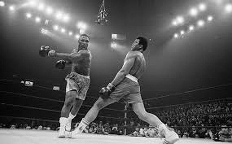 El zurdazo de Frazier se queda en el aire, desbaratado por una finta de Ali.