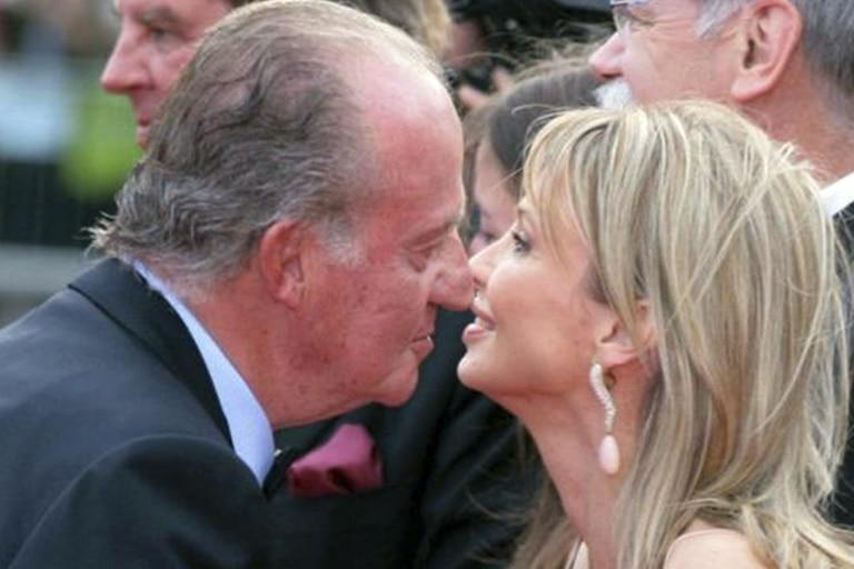 El rey emérito Juan Carlos I es retratado junto a su examante Corinna Larsen