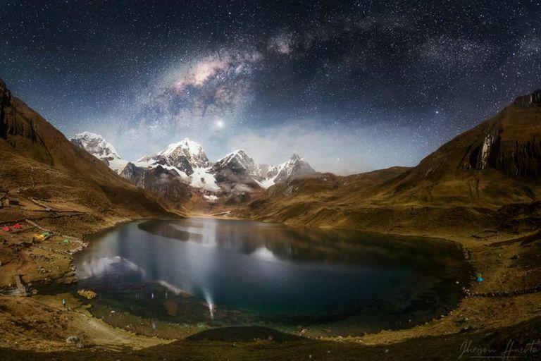 Laguna Carhuacocha de la cordillera Huayhuash, en la región de Huánuco, en Perú