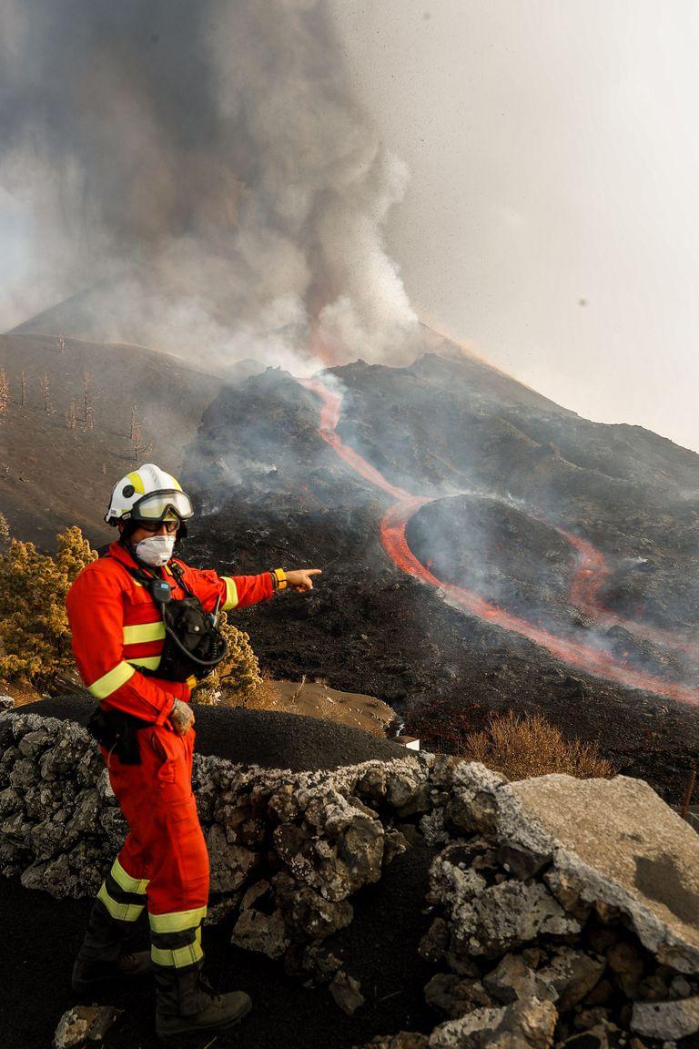 El monitoreo de la erupción en La Palma. (Photo by Luismi Ortiz / UME / AFP) /
