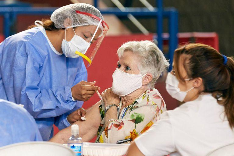 Este lunes comenzo la vacunacion contra el coronavirus en mayores de 70 anos en Mendoza. Mas de 73.000 personas mayores de 70 son los que han prestado su conformidad para ser vacunados. Se aplicaron dosis de la Sputnik V. Mendoza, lunes 1 de marzo de 2021. (La Nacion/Marcelo Aguilar)La municipalidad de Las Heras vacuno en el estadio Vicente Polimeni