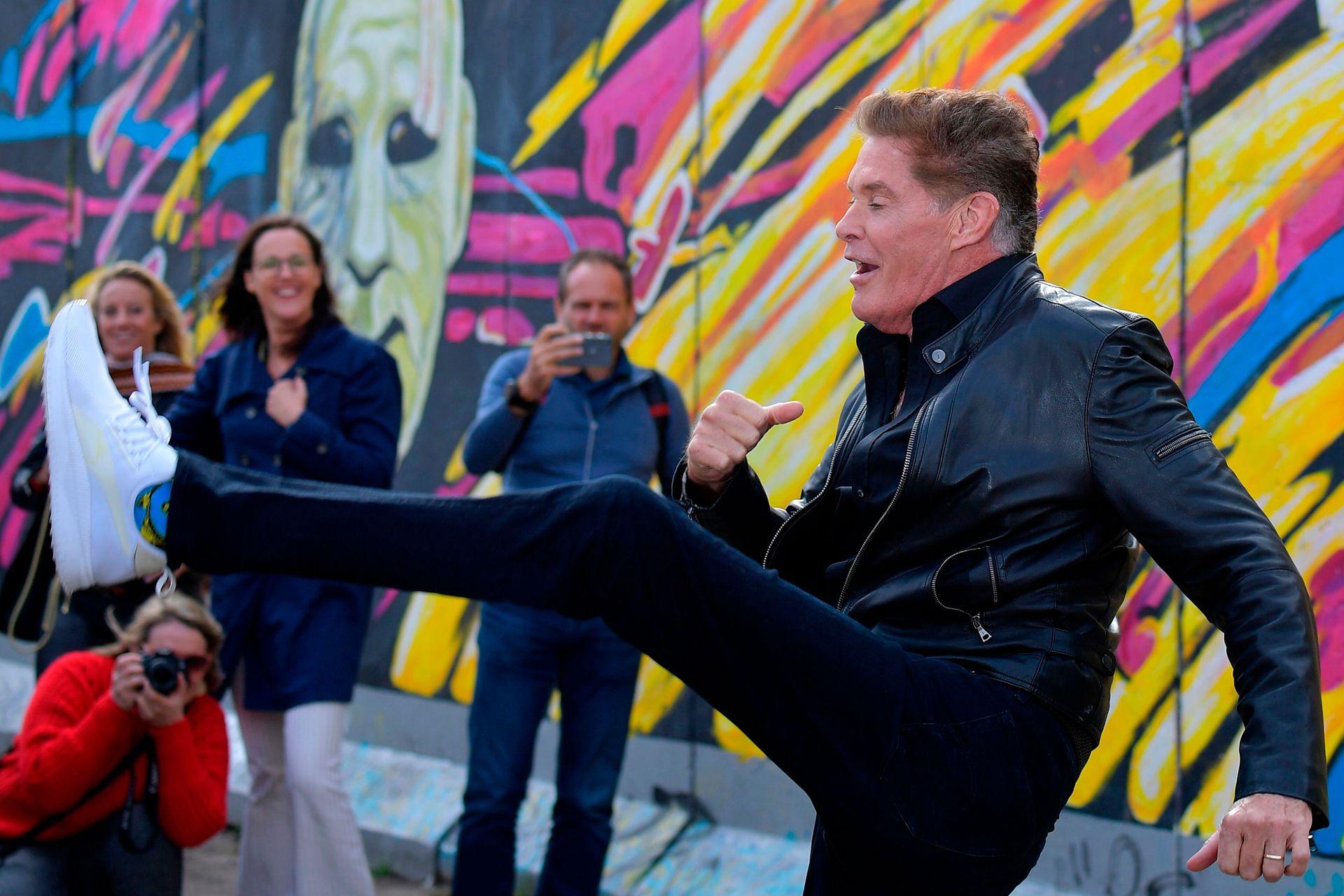 Fiel a su estilo, David Hasselhoff dejó varias postales durante la presentación de su audiolibro Up against the Wall - Mission Mauerfall, con motivo de 30 aniversario de la caída del Muro de Berlín