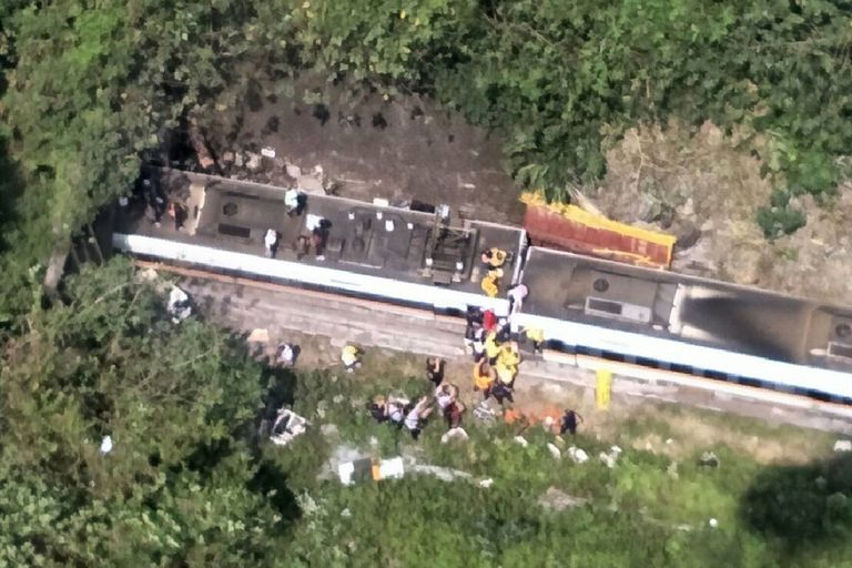 Al menos 34 personas murieron este viernes al descarrilar un tren en el este de Taiwán