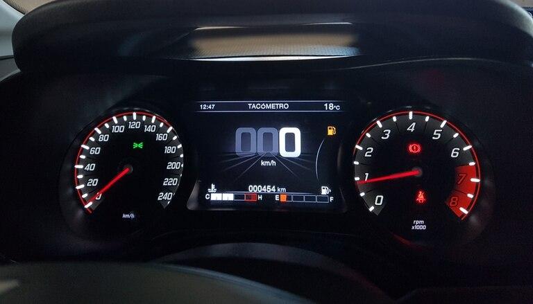 En gran display digital sobresale en medio del panel