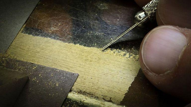 El método es extremadamente difícil y laborioso pero los expertos determinaron que sólo así sería posible retener la capa de barniz original aplicada por Vermeer.