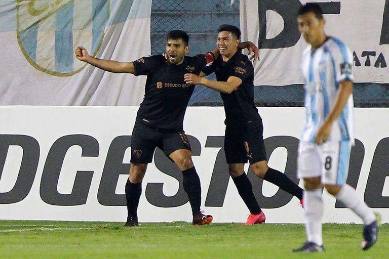 Silvio Romero festeja con Alan Velasco, quien lo asistió, el gol de cabeza de Independiente