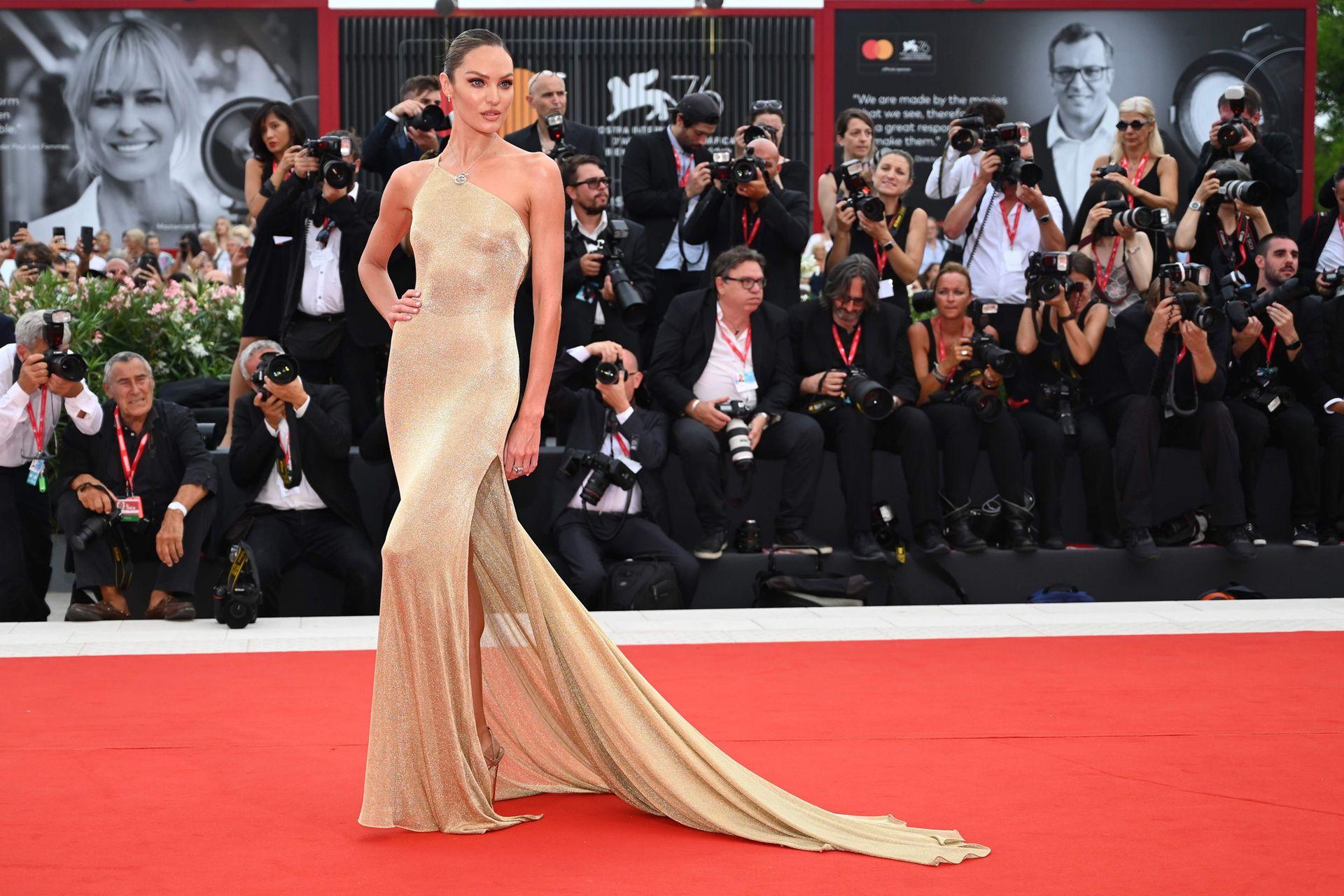 La modelo Candice Swanepoel se robó todas las miradas con un vestido ceñido al cuerpo en tono dorado, de la firma Etro