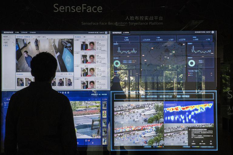 Una serie de pantallas de monitoreo del sistema de reconocimiento facial de SenseTime