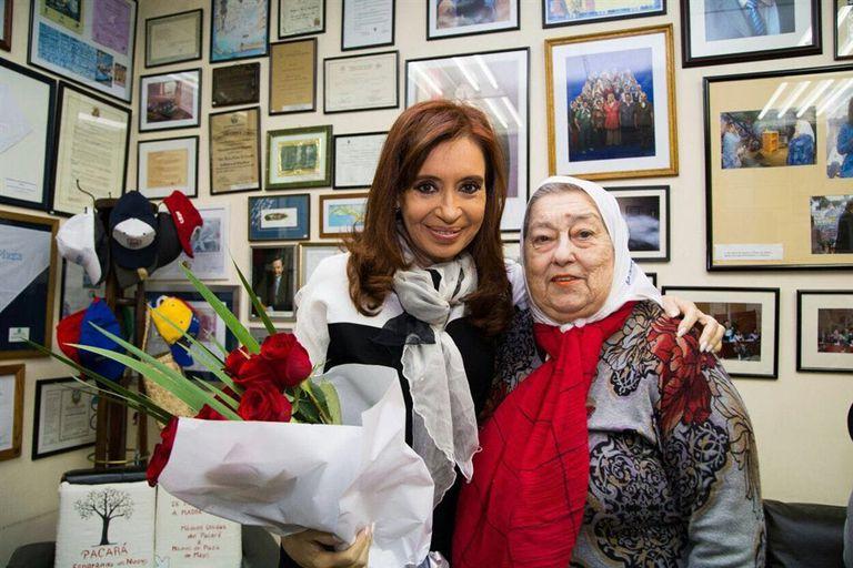 Cristina Kirchner y Hebe de Bonafini, ayer, en la sede de la agrupación de las Madres