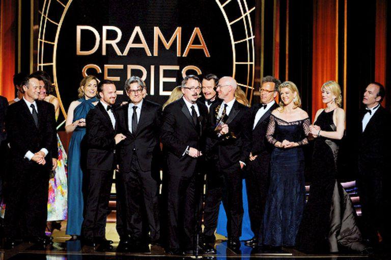 Vince Gilligan junto a todo el equipo/familia de Breaking Bad recibiendo el último Emmy de su recorrido