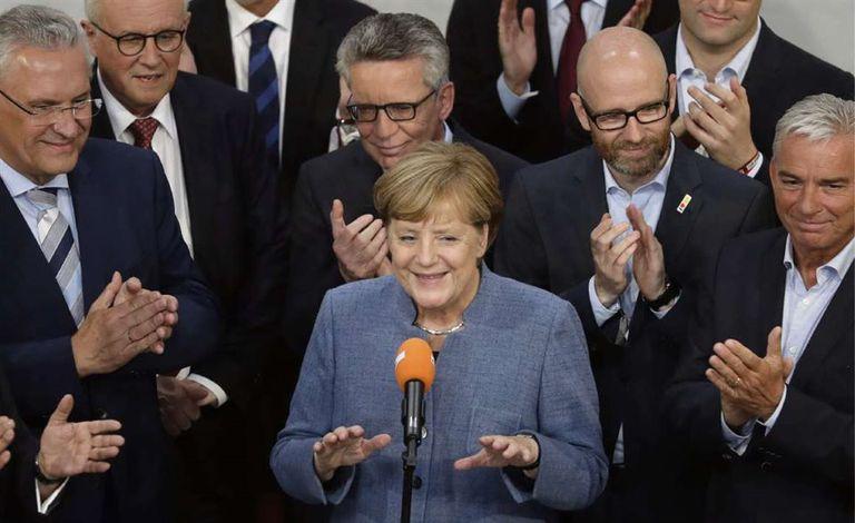 Merkel junto a miembros de su partido, ayer, tras conocer los resultados
