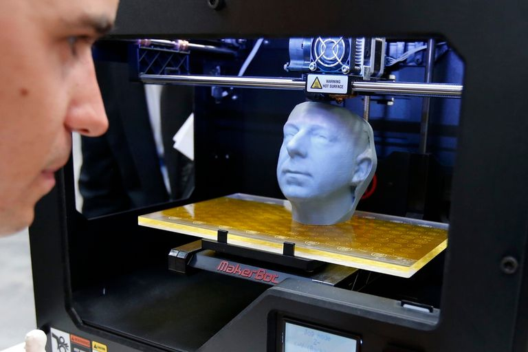 A diferencia de un torno de control numérico, la impresora 3D crea un objeto por acumulación de material, no esculpe una pieza creada previamente
