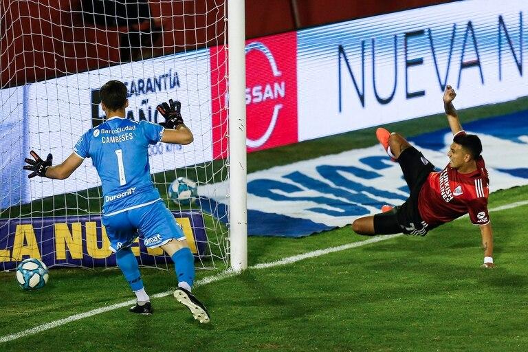 Pirueta de Matías Suárez para anotar frente a Huracán; el delantero no se considera goleador, pero lleva una aceptable marca de 21 tantos en 71 partidos en River.