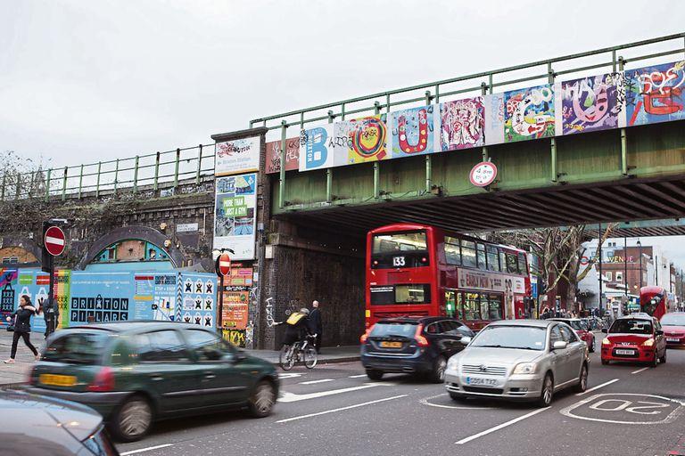 En el barrio de nacimiento del legendario David Bowie, Brixton, se encuentran tiendas de ropa vintage de Coldharbour Lane, pintorescos cafés y restaurantes