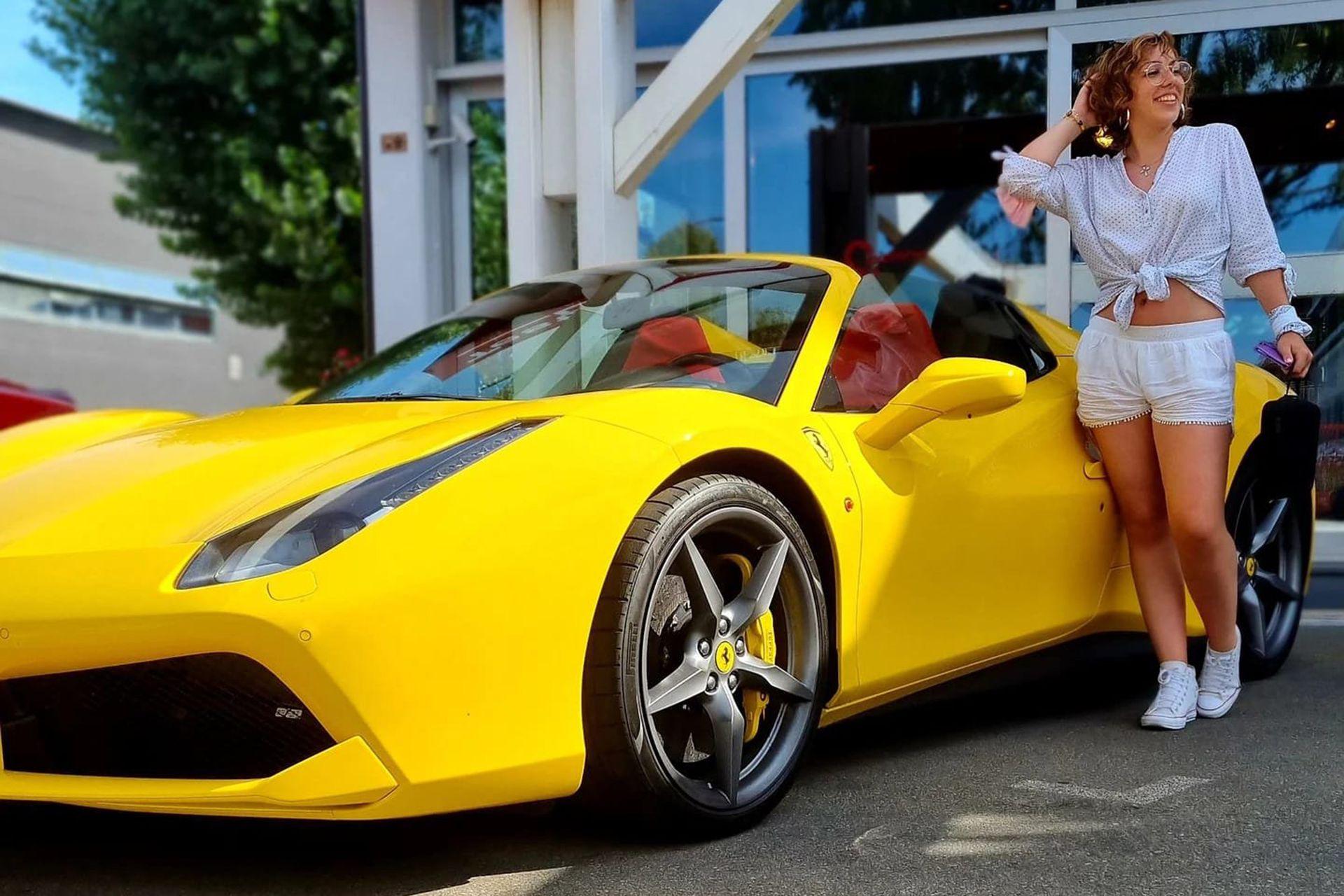 Con una Ferrari en la ciudad de Maranello, lugar al que se mudó para cumplir su sueño