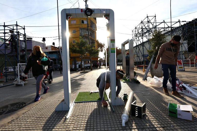 Instalan arcos de desinfección y cámaras térmicas en los accesos a la villa 31; habrá tres de uso peatonal y uno vehicular