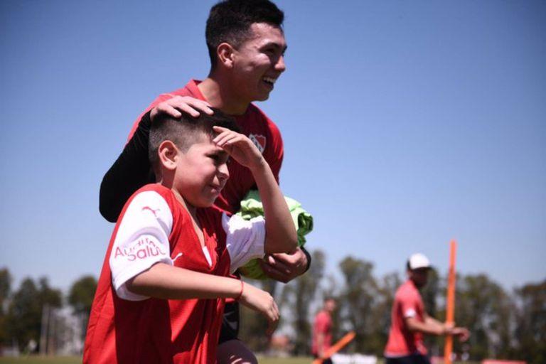 Santino, el hincha del Rojo que se emocionó hasta las lágrimas, conoció a los jugadores