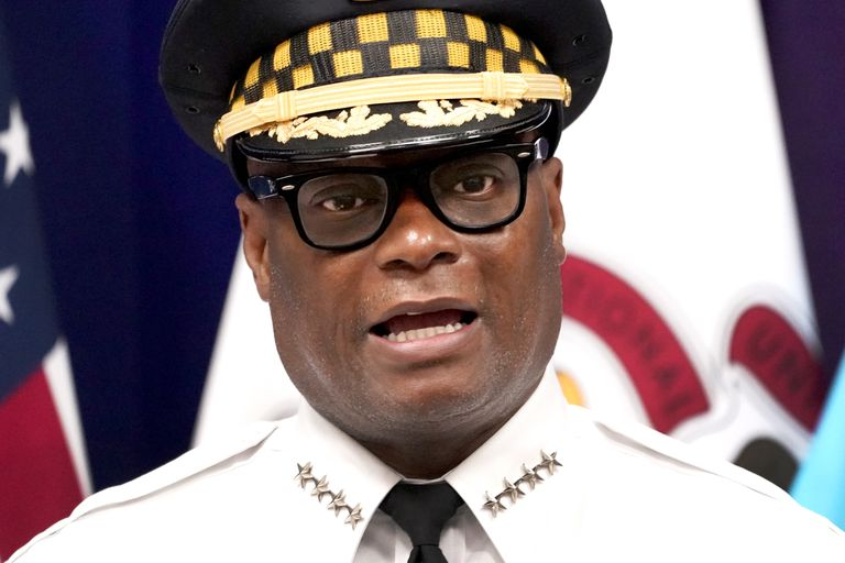 El superintendente de la policía de Chicago, David O. Brown, responde a preguntas durante una conferencia de prensa el jueves 22 de julio de 2021 en Chicago. (AP Foto/Charles Rex Arbogast)