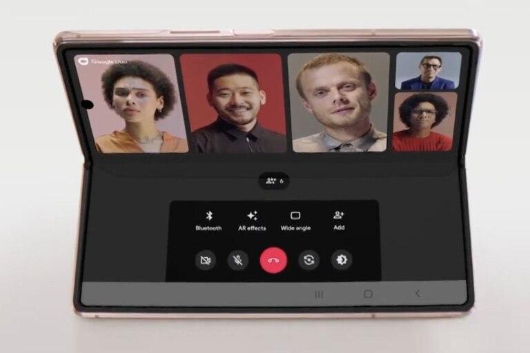 El Galaxy Z Fold2 permite elegir qué mostrar en cada parte de la pantalla (si la aplicación está preparada para el dispositivo)