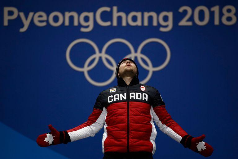 El medallista de oro en esquí de fondo Brady Leman, de Canadá