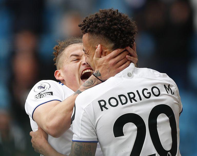 El efusivo festejo entre Phillips y Rodrigo Moreno, autores de los dos primeros goles de Leeds