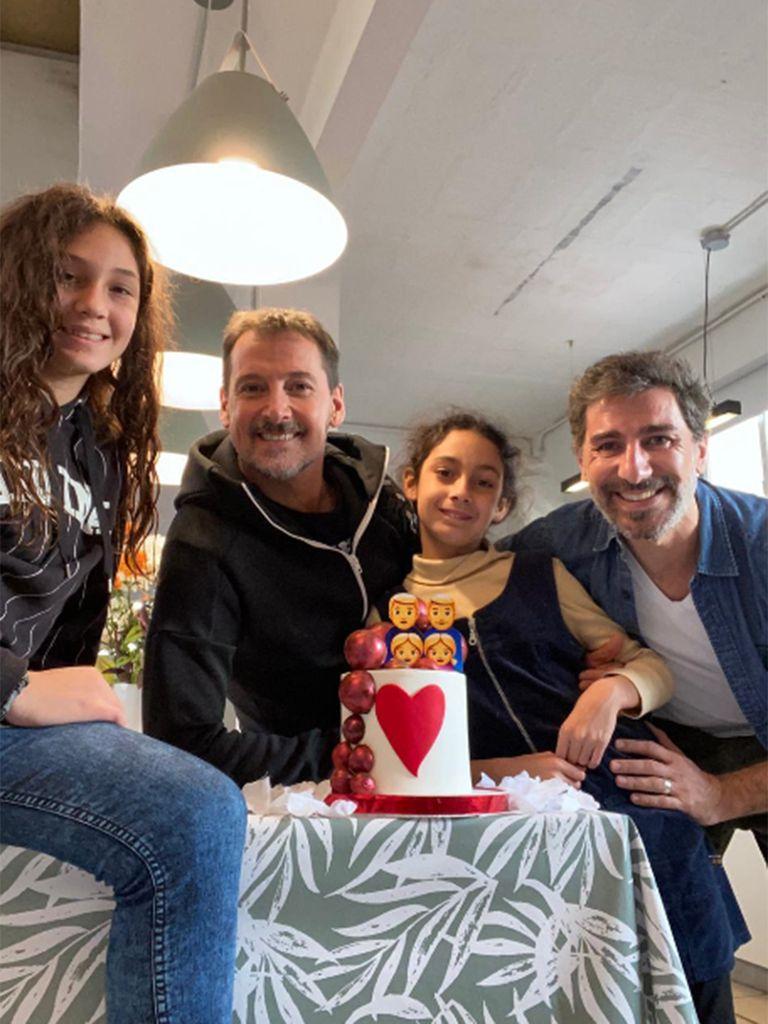 Verón junto a su marido Franco Verdoia y sus dos hijas, Ariadna y Cristal
