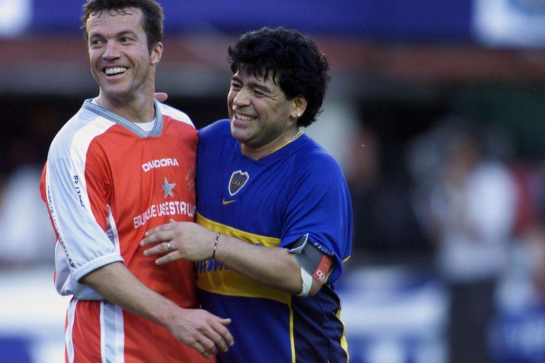 Noviembre de 2001, en la Bombonera, dos buenos amigos se divierten en el último paso del Diez por las canchas