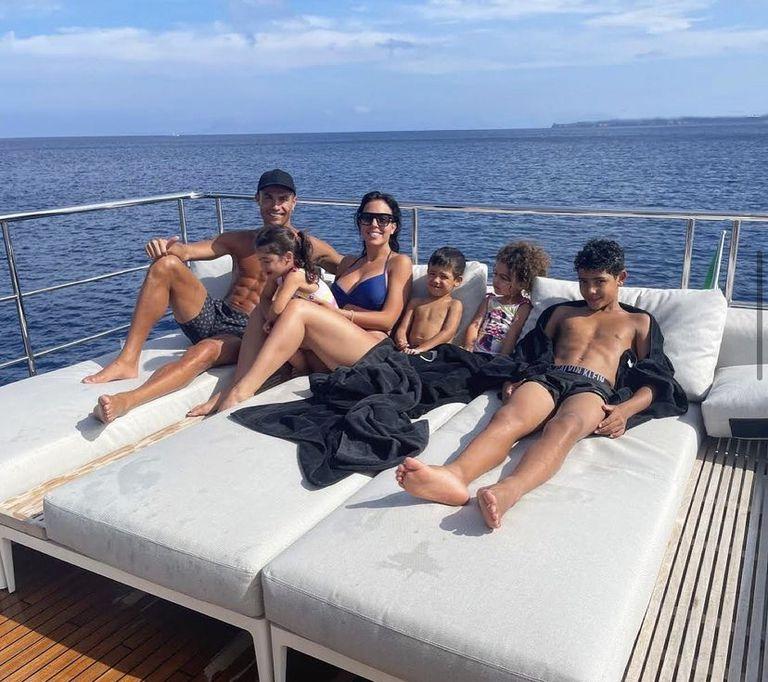 Los cinco disfrutan del descanso en familia
