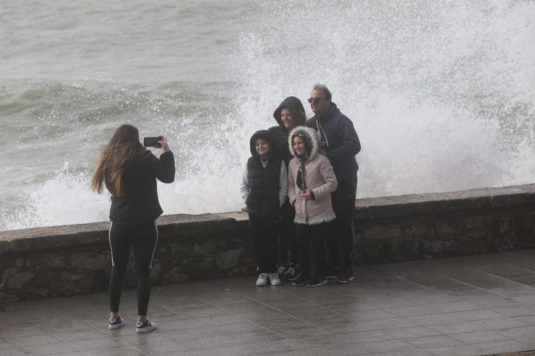 Un temporal con viento y grandes olas recibió a los primeros turistas en Mar del Plata