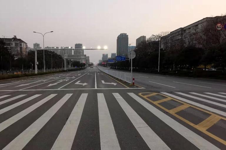 Las calles vacías de la ciudad de Wuhan, donde se originó el virus