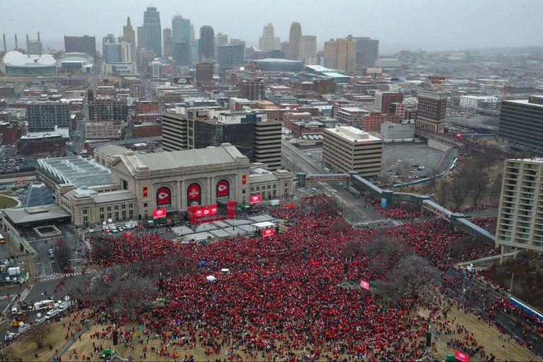 """Una """"marea roja"""" invadió las calles de Kansas para el gran festejo del campeón."""