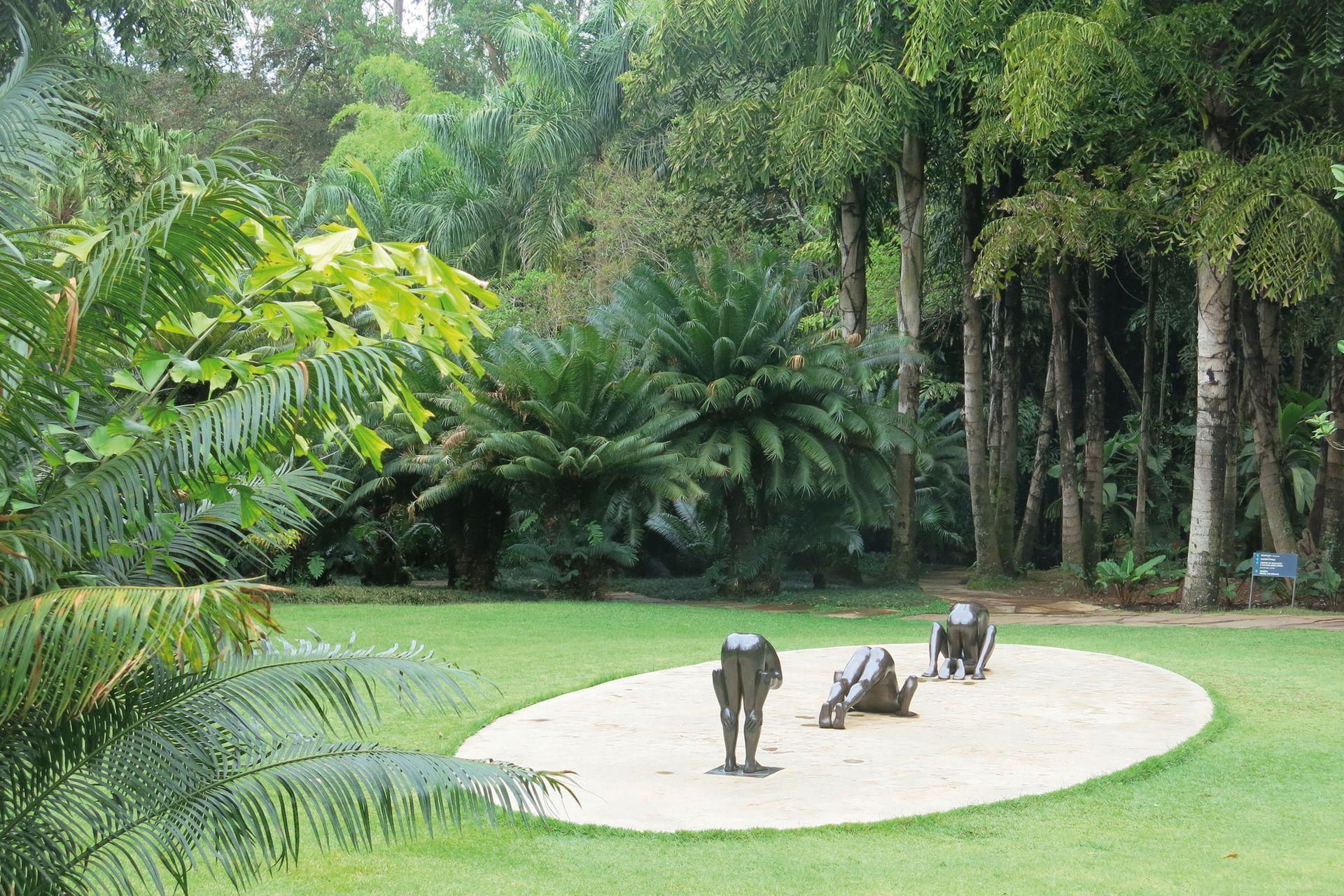 Escultura en bronce de Edgardo De Souza. Desnudos masculinos cuyas caras se esconden y sugieren movimiento continuo.