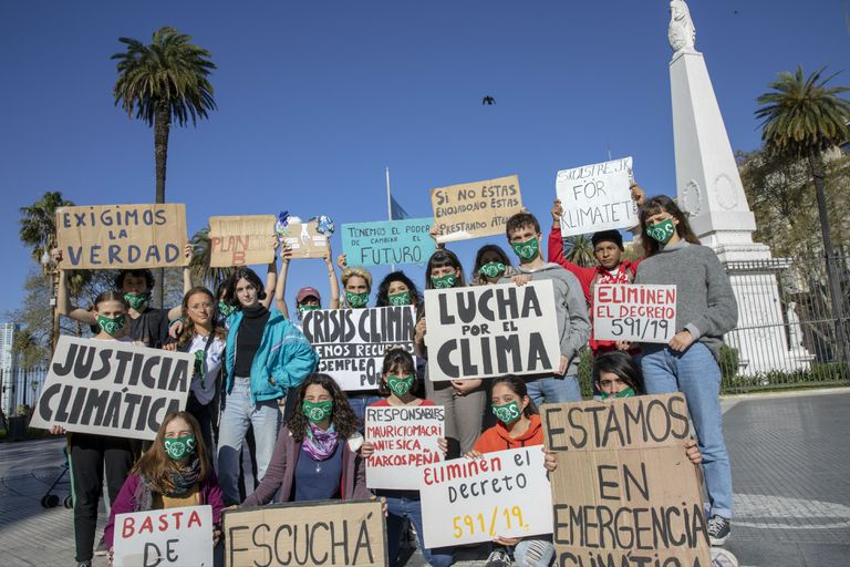 Adolescentes protestan contra el cambio climático en Plaza de Mayo
