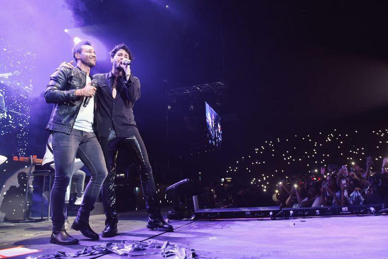 """Luciano Pereyra y Sebastián Yatra se fundieron en un sentido abrazo al terminar de cantar la canción """"Un año"""", del nuevo álbum que el colombiano estrenará la próxima semana"""