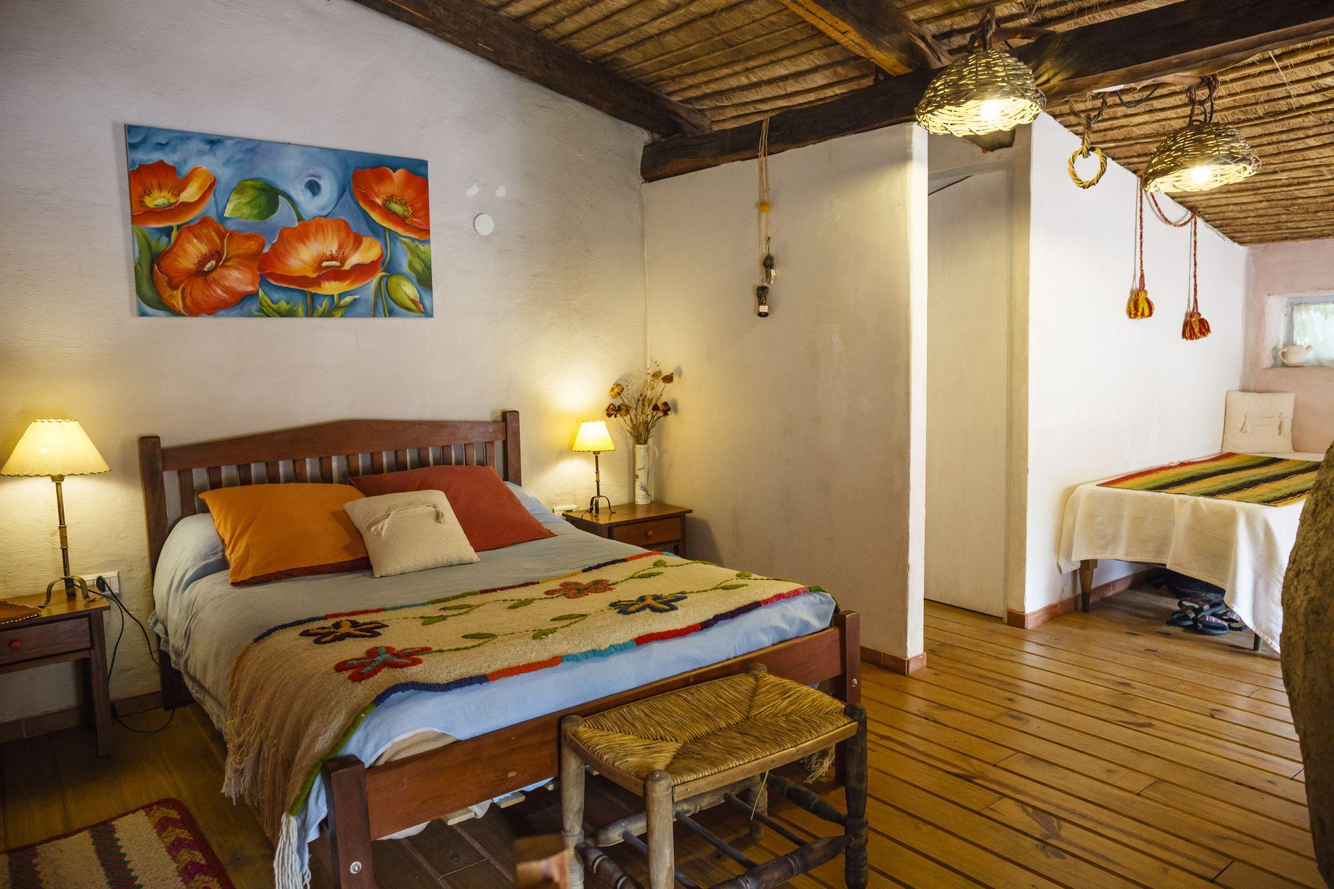 Una de las habitaciones de Inti Watana, decorada con tejidos norteños y muebles hechos por artesanos de la zona.