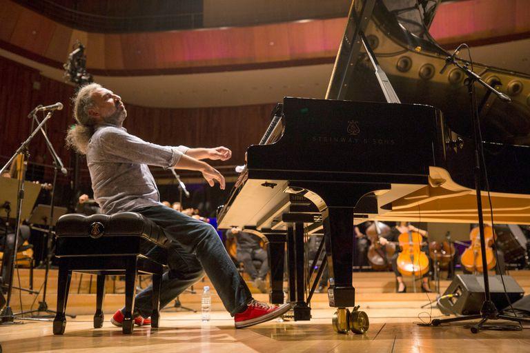 Stefano Bollani hará el estreno mundial de un concierto junto a Diego Schissi y la Orquesta Sin Fin