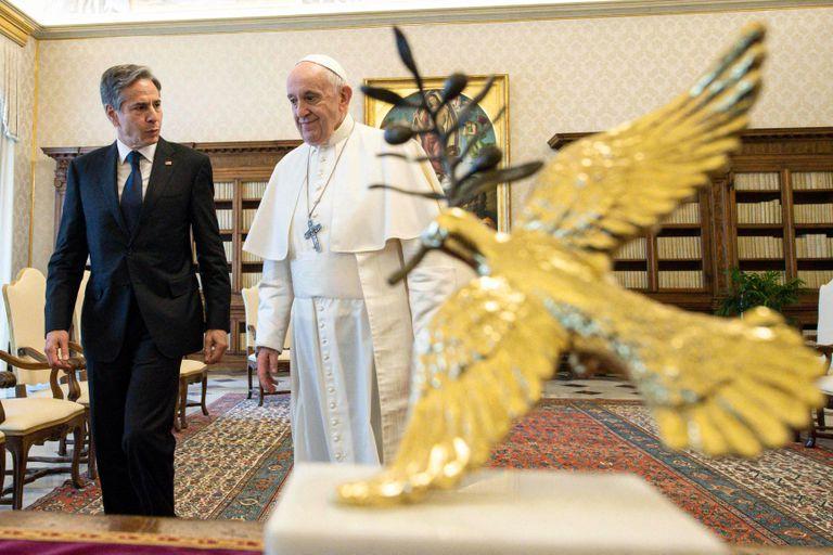 El Papa Francisco reuniéndose con el Secretario de Estado de los Estados Unidos, Antony Blinken en el Vaticano, como parte de una gira por tres países de Europa