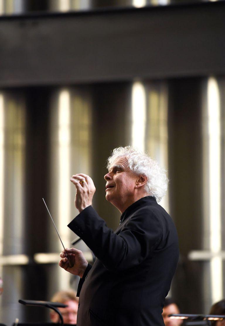 Simon Rattle revolucionó a la Filarmónica de Berlín; tras dirigirla por 16 años, desde hace dos está al frente de la Sinfónica de Londres