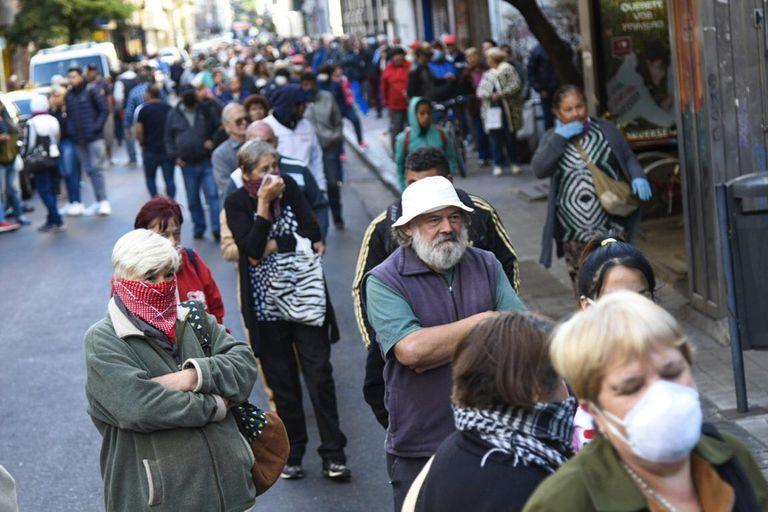 Largas colas en los bancos de la ciudad de Rosario