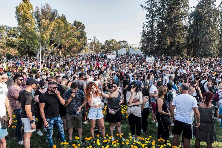Manifestantes frente al palacio presidencial en la capital de Chipre, Nicosia, en protesta contra las nuevas medidas contra la pandemia del coronavirus