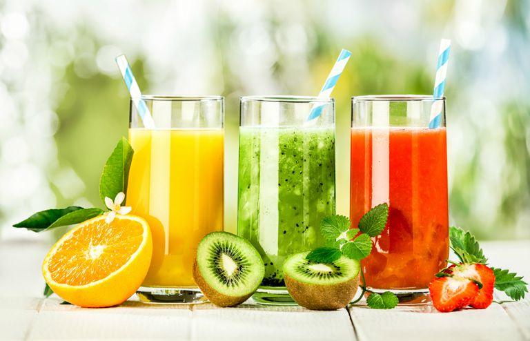 La terapia Gerson propone tomar 13 vasos de 250 ml por día de jugos de frutas naturales