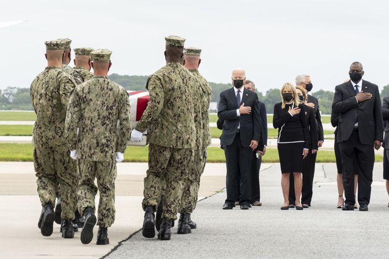 Joe y Jill Biden, durante el traslado de los cuerpos de los marines muertos