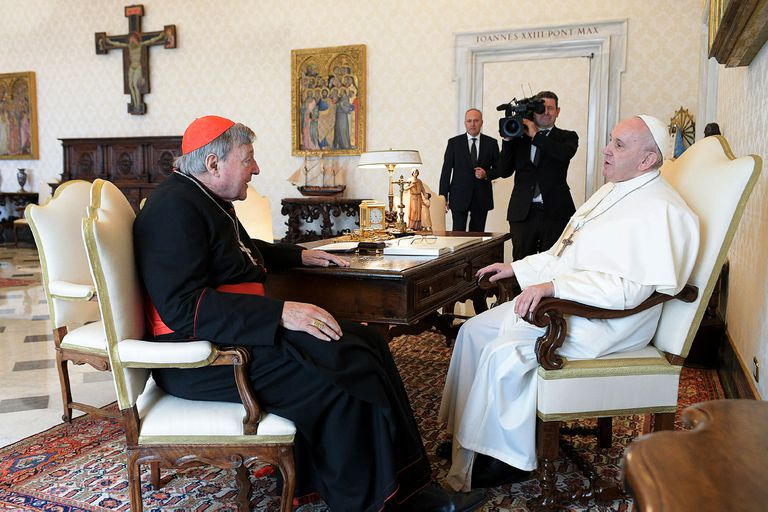 El Papa habla con el cardenal australiano George Pell durante una audiencia privada en el Vaticano