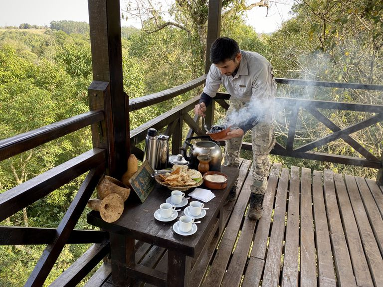 Marcos prepara el mate cocido típico que se servía en esa zona de Misiones